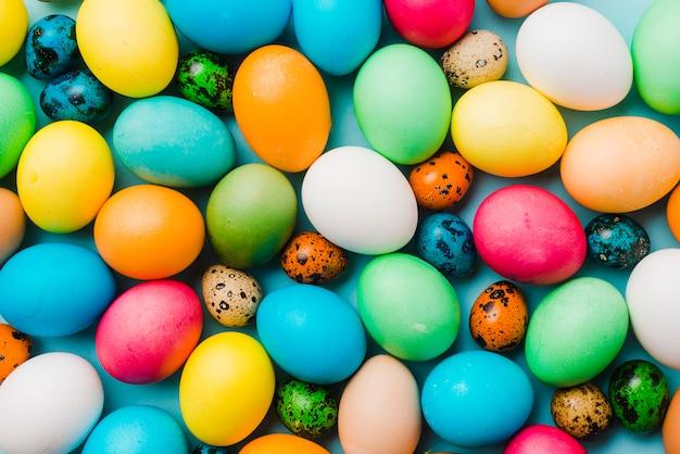Collezione colorata di uova di pasqua