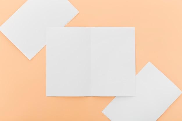 Collezione di brochure bianche vista dall'alto