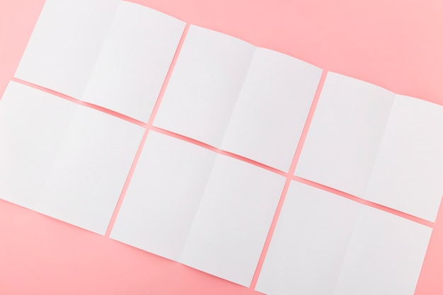 Collezione di brochure in bianco piegato