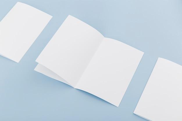 Collezione di brochure sulla scrivania