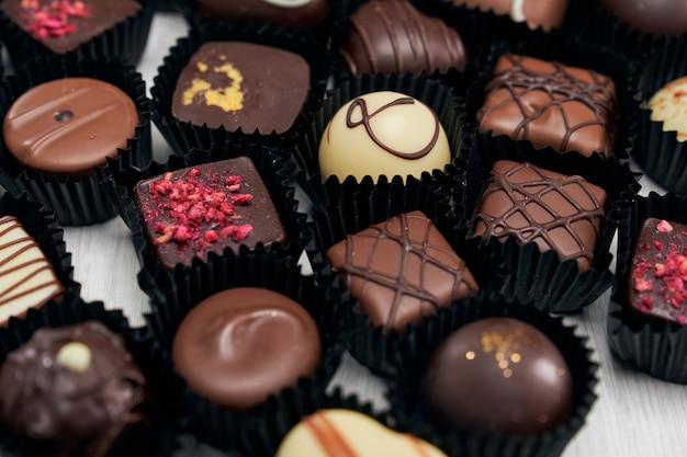 Collezione di caramelle al cioccolato in diverse forme e gusti