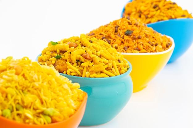 Collezione di cibo tradizionale indiano namkeen