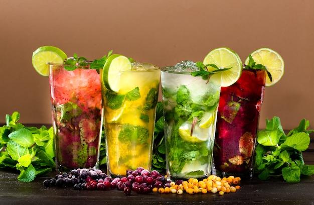 Collezione di cocktail tropicali colorati