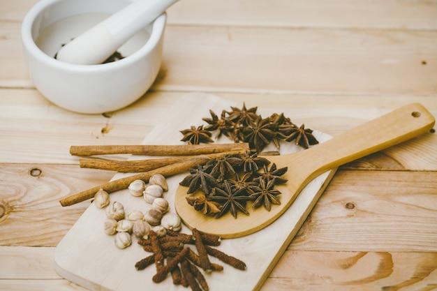 Collezione di erbe secche. miscela di semi di piante secche a base di erbe per natura medica alternativa.