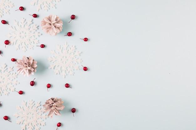Collezione di fiocchi di neve di carta, intarsi e bacche