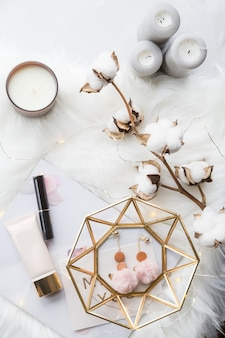 Collezione di moda con accessori, fiori, cosmetici e gioielli su bianco