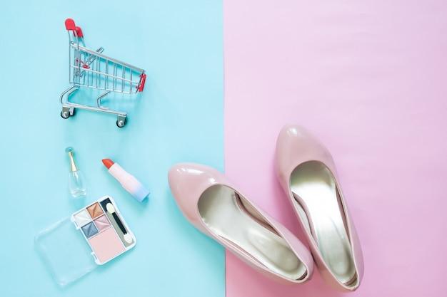 Collezione di moda con accessori, scarpe, cosmetici e carrello, concetto di acquisto