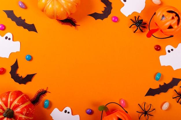 Collezione di oggetti per feste di halloween che formano una cornice.