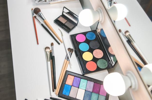 Collezione di palette di strumenti di bellezza. spazzola sul tavolo bianco