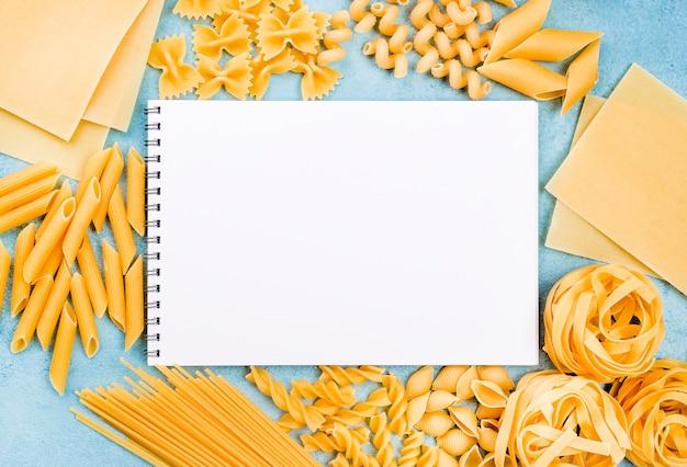 Collezione di pasta italiana con taccuino