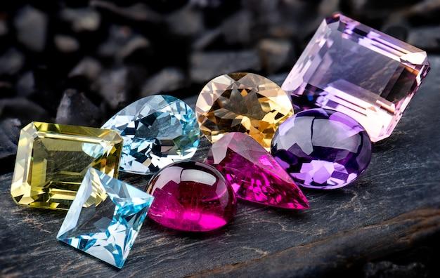 Collezione di pietre preziose insieme di gioielli.