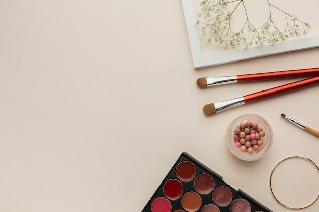 Collezione di prodotti cosmetici trucco sul tavolo