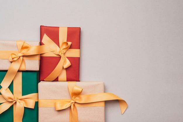 Collezione di regali di natale con nastro dorato