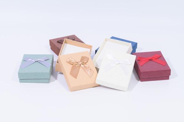 Collezione di scatole regalo rosso scuro nel bianco