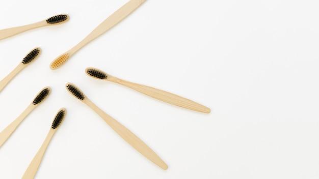 Collezione di spazzolini da denti con solo uno giallo