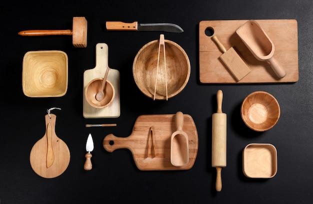 Collezione di utensili da cucina in legno e strumenti, vista dall'alto piatto laici
