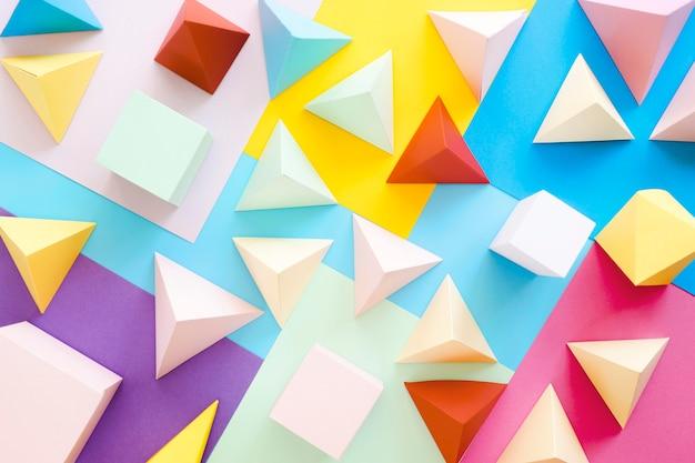 Collezione geometrica vista dall'alto sulla scrivania