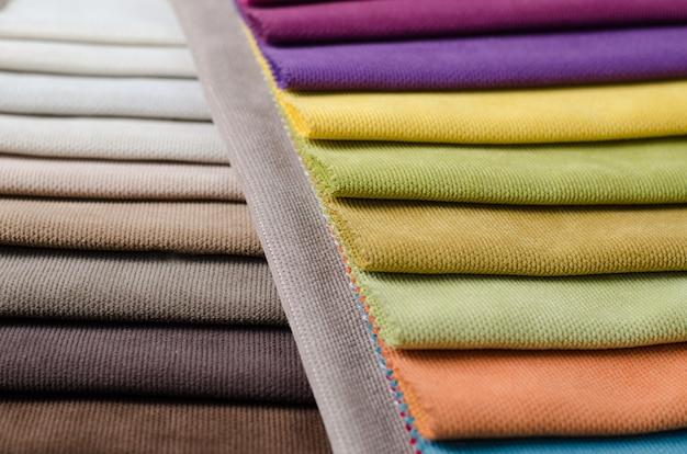 Collezione luminosa di campioni tessili in velluto colorato.
