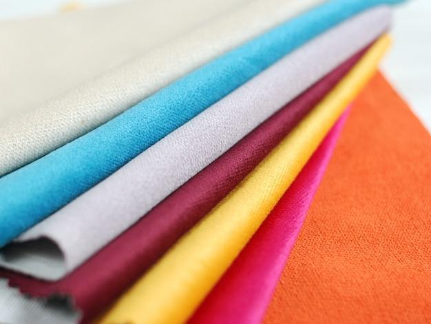 Collezione luminosa di campioni tessili in velluto colorato