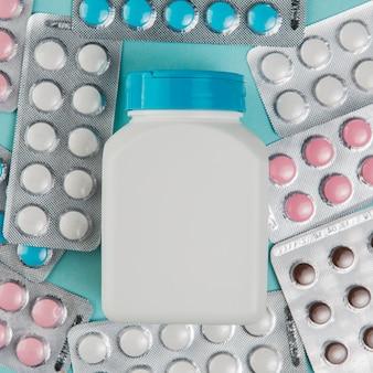 Collezione vista dall'alto di compresse e medicine