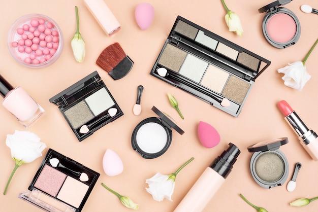 Collezione vista dall'alto di prodotti di bellezza