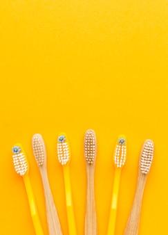 Collezione vista dall'alto di spazzolini da denti organici con spazio di copia