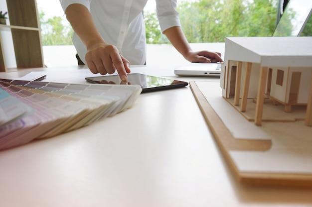 Collezionisti designer d'interni progettista di progettazione aziendale su progetto blu lavoro concetto con bussole.