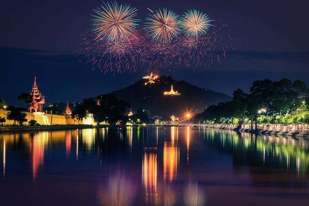 Collina di mandalay di notte con fuochi d'artificio