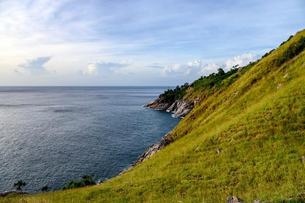 Collina verde con mare orizzonte sulla costa a capo krating