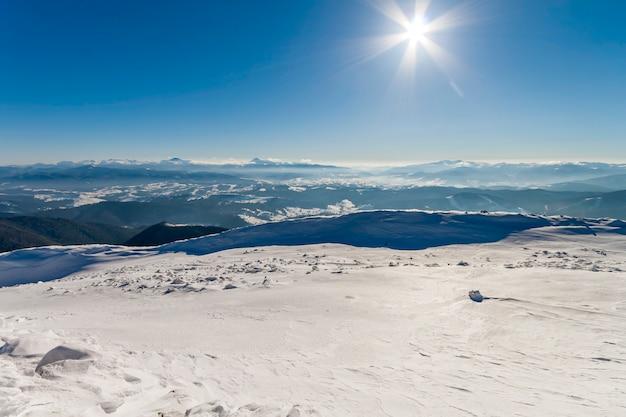 Colline innevate in montagna invernale. paesaggio artico. scena all'aperto variopinta, concetto di celebrazione del buon anno.