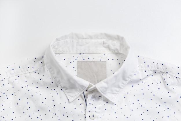Collo camicia blu chiaro con bottone.