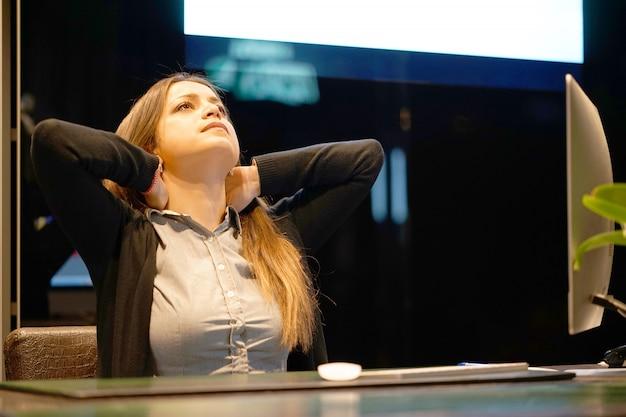 Collo stanco. direttore d'albergo. un'accoglienza femminile che soffre di dolore al collo. sensazione femminile stanca, esausta, stressata.