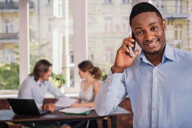 Colloquio di lavoro aspettante dell'uomo afroamericano