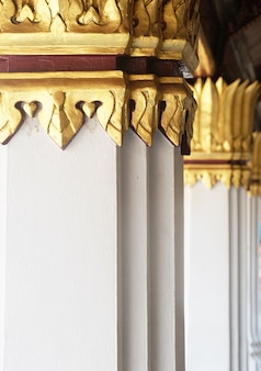 Colonne bianche nella cappella a wat phra kaew, tailandia