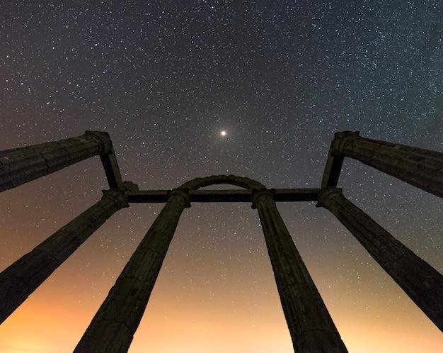 Colonne di rovine romane con un cielo stellato