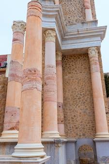 Colonne nell'anfiteatro romano di cartagine spagna