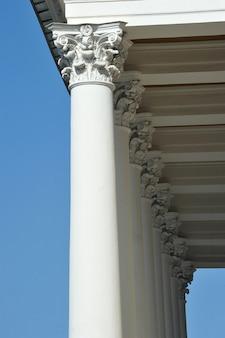 Colonne sulla facciata del teatro alexandrinsky di san pietroburgo