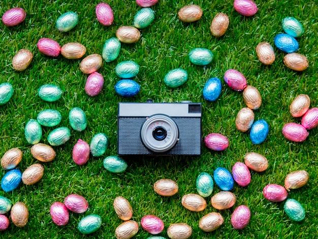 Color cioccolato uova di pasqua e macchina fotografica d'epoca