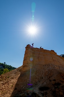 Colorado provenzal con grande estate del sole in cielo blu in provenza francia