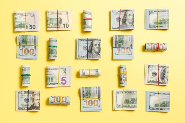 Colorato con le banconote in dollari americane dei cento soldi su wiev superiore con copyspace per il vostro testo nell'affare
