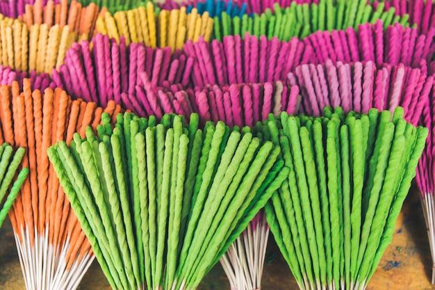 Colorato del bastone di incenso, in stile thailandese