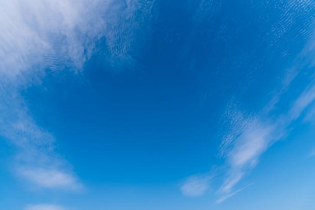 Colorato e bello di nuvole bianche sul cielo blu di giorno.