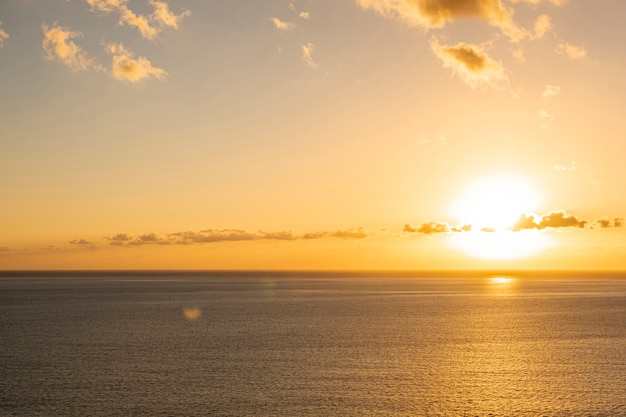 Colorato tramonto sul mare