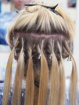 Colorazione dei capelli. distribuzione di fili per la colorazione dell'arcobaleno.