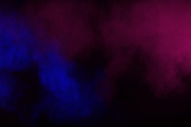 Colore astratto fumo su sfondo nero. colore astratto nuvole di fumo.