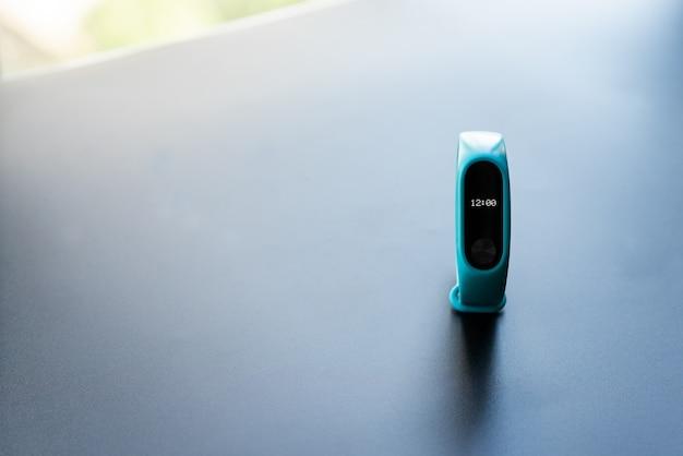 Colore blu del dispositivo astuto della fascia dell'orologio di forma fisica su fondo nero