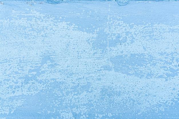 Colore blu incrinato della parete, la vernice superficiale sulle pareti è danneggiata.