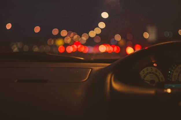 Colore del bokeh su auto a nightlight.