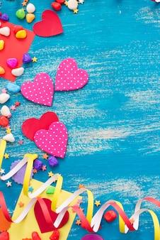 Colore della caramella del cuore del fondo festivo dei coriandoli saturato.