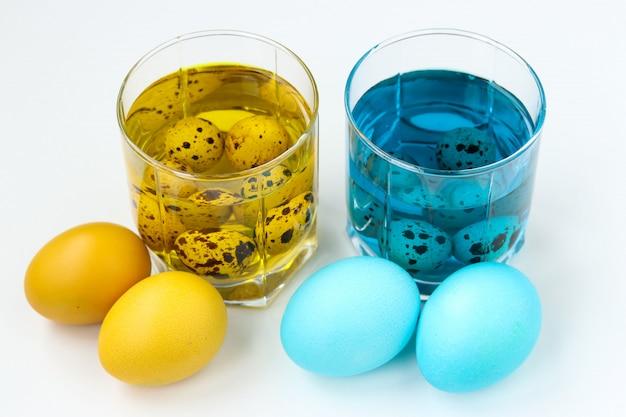 Colore giallo e blu delle uova di pasqua. festa in chiesa di primavera